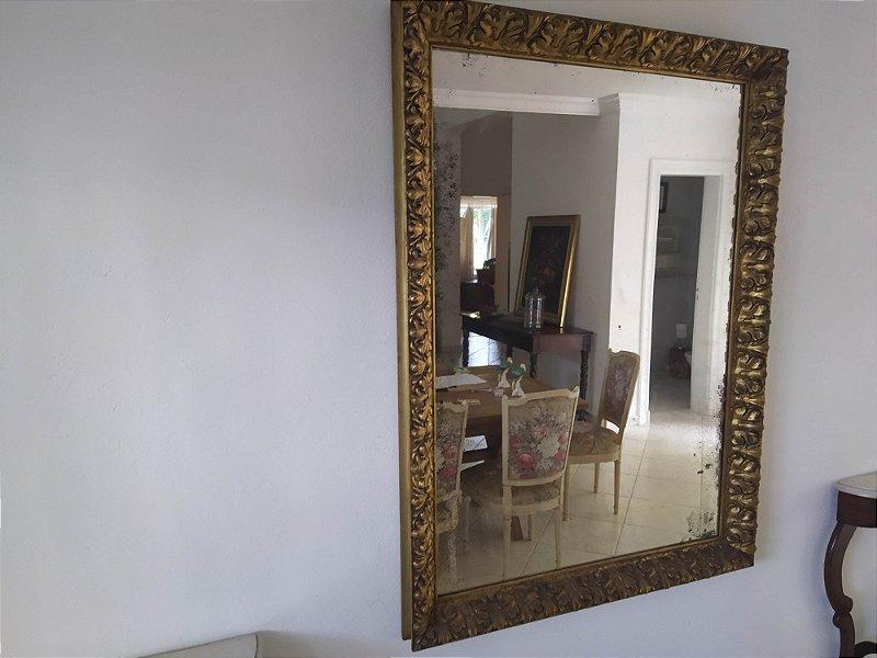Espelho Francês  antigo  com moldura entalhada a mão e folhada a ouro