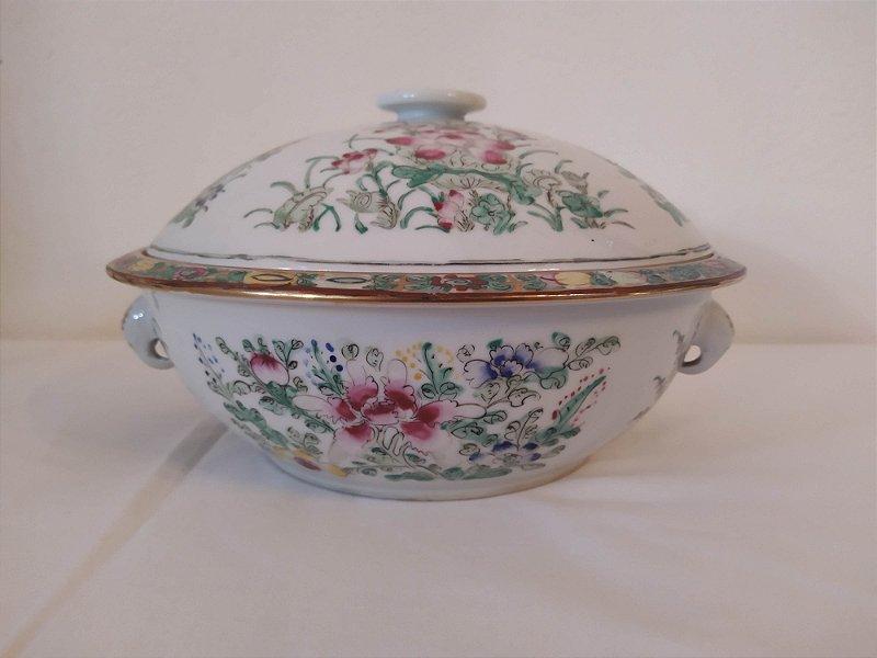 Sopeira antiga de porcelana chinesa pintada a mão redonda com pequeno relevo na pintura e borda pintada
