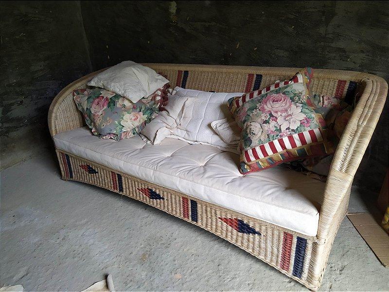 Sofá de vime Vitoriano com detalhes pintados a mão de três lugares , Armando Cerello , perfeito estado