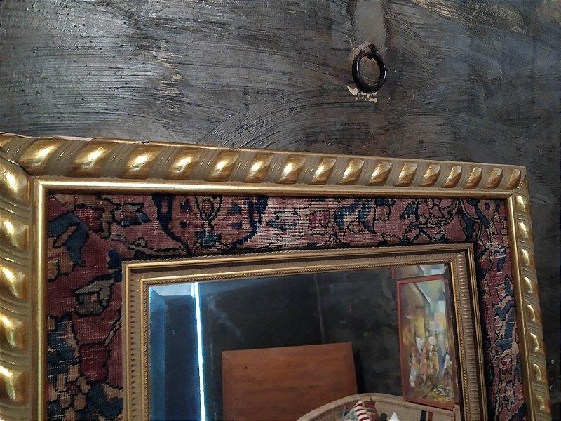 Espelho bisotê retangular com moldura entalhada dourada e tecido tape persa antigo no entorno