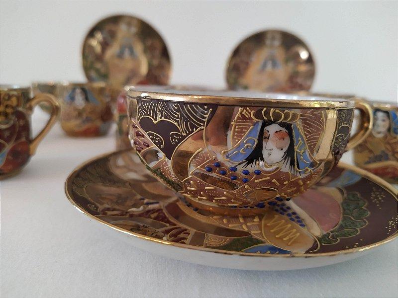 Conjunto de finíssimas  chicaras antigas japonesa , super delicadas com policromia colorida e ouro . raridade . 5chivaras de chá e seis chicaras pequenas