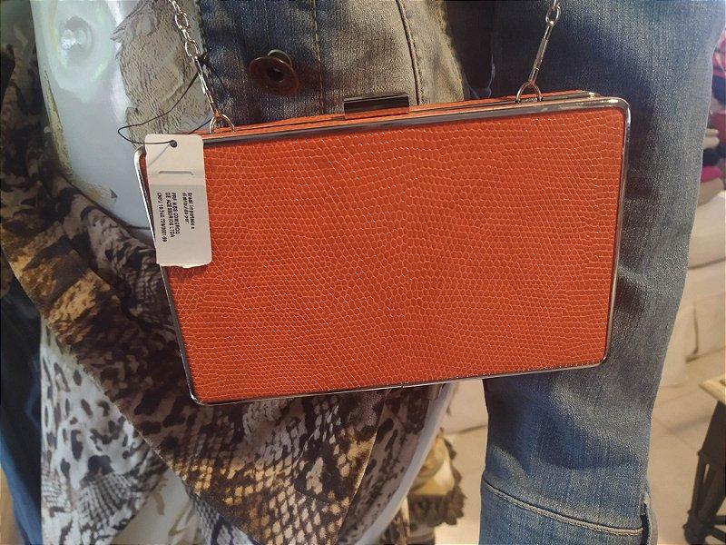 Bolsa modelo caixa Clutch com alça , marca Portuguesa, na cor coral, couro ecológico, nunca usada , com etiqueta