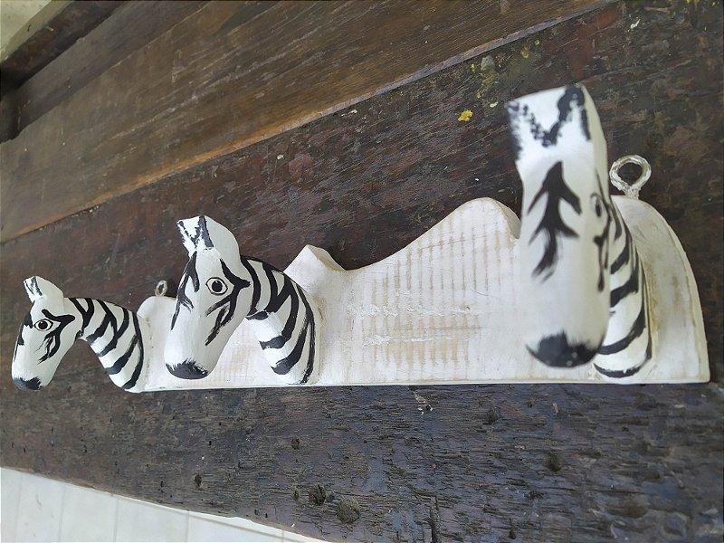 Cabide Porta panos todo feito em madeira pintado a mão, arte brasileira