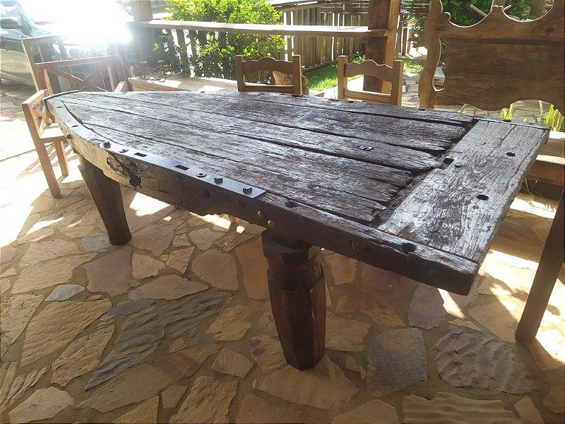 Antiga mesa feita de carro de boi com pés feito com eixo do carro