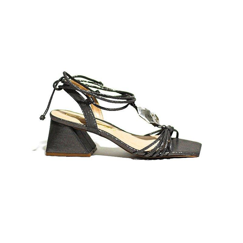 Sandália de Salto Trapézio com Bico Quadrado em Material Brilhoso