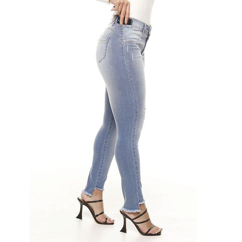 calça jeans prs skinny com puído e detalhe na barra