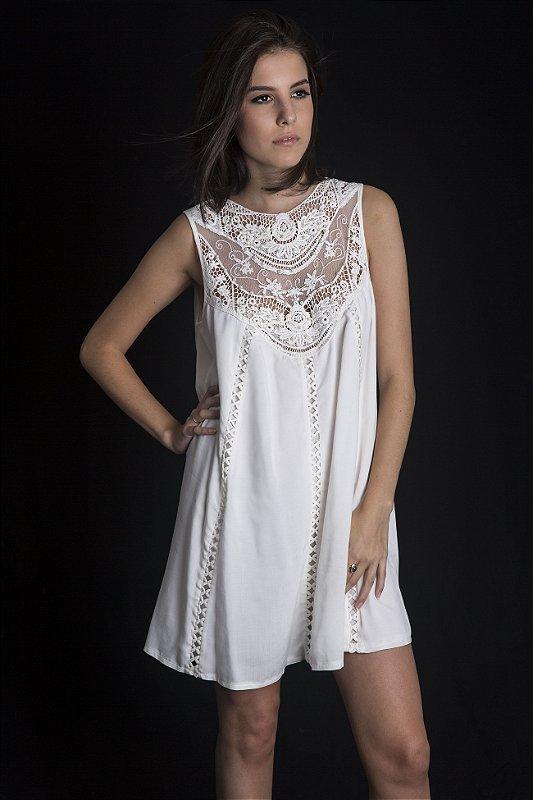 Mini vestido branco bordado com renda e perolinhas