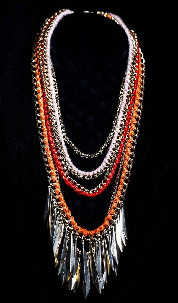 Colar correntes douradas com fios de tecido colorido