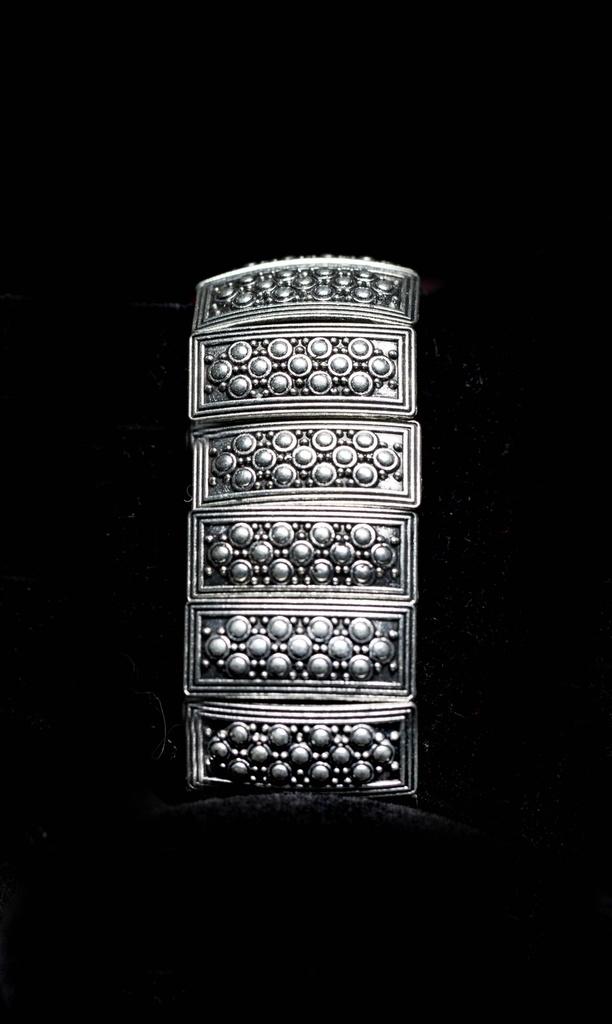 Pulseira elástica placas de metal desenho pontinhos