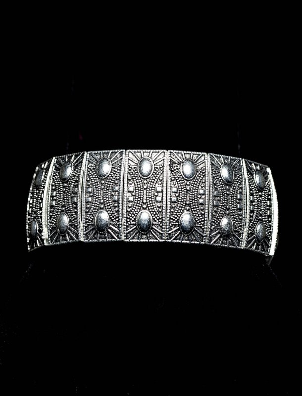 Pulseira elástica placas de metal prateadas trabalhadas com desenho oval