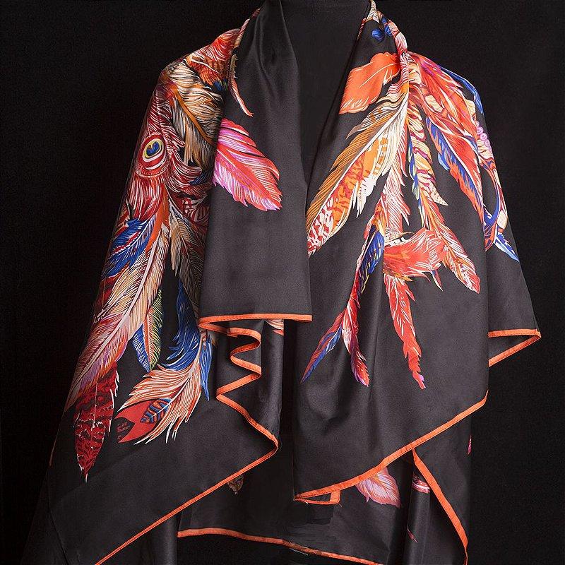 Lenço Grande Preto de Seda Estampado com estampa Penas