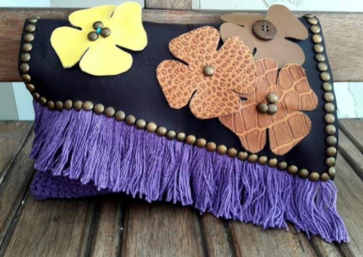 carteira de couro com crochê