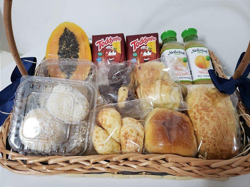 Café da Manhã com Pães, Chocolate, suco e fruta
