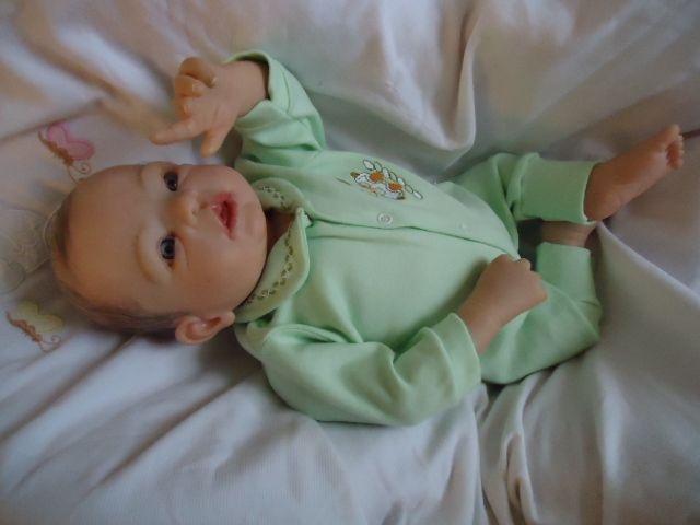 Bebê reborn com cabelinhos pintados e olhos claros