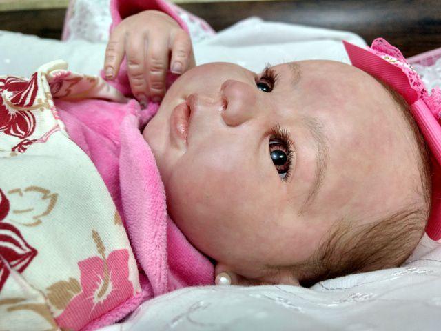Bebê reborn menina, cabelos enraizados, corpo de tecido
