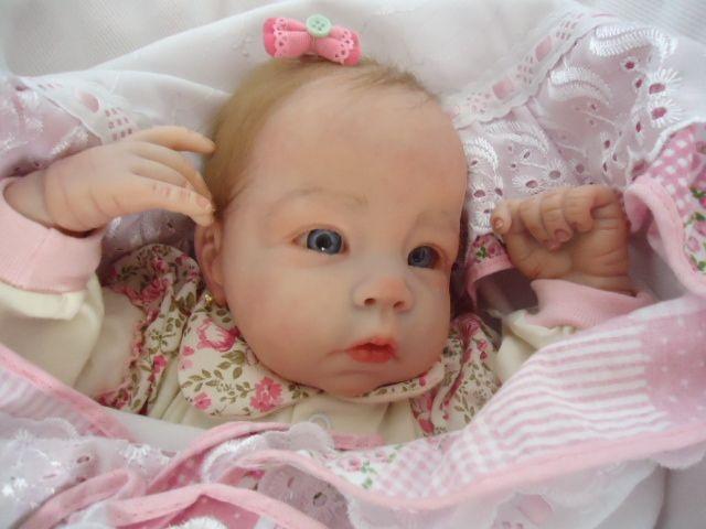 Bebê reborn Ester com cabelinhos claros e olhos azuis