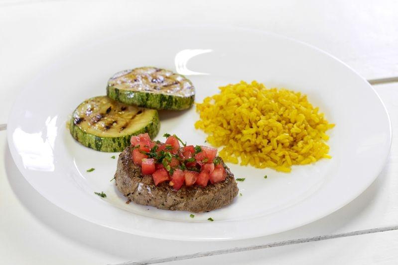Filé Mignon ao Molho de Tomate + Abobrinha Grelhada + Arroz Integral com Açafrão da Terra