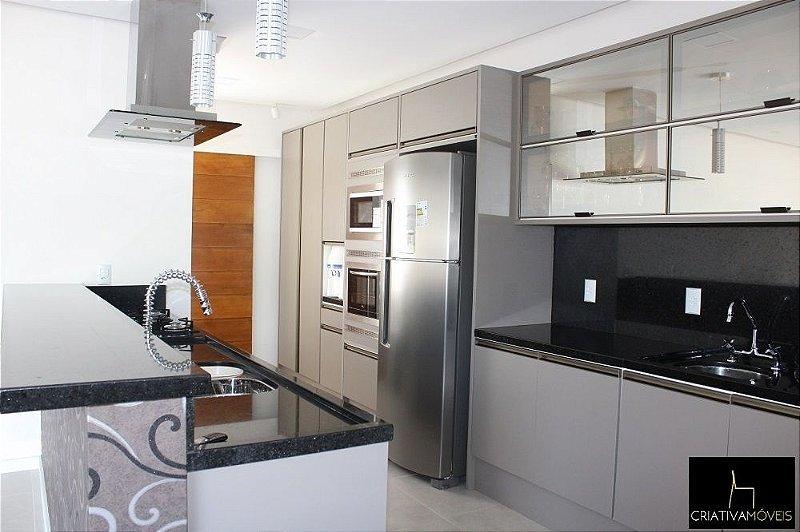 Projeto Cozinha Planejada com puxador embutido e portas com vidro reflecta.
