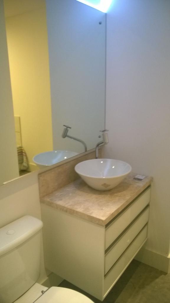 Balcão para Banheiro sob medida com Branco Brilho e Mármore Travertino.