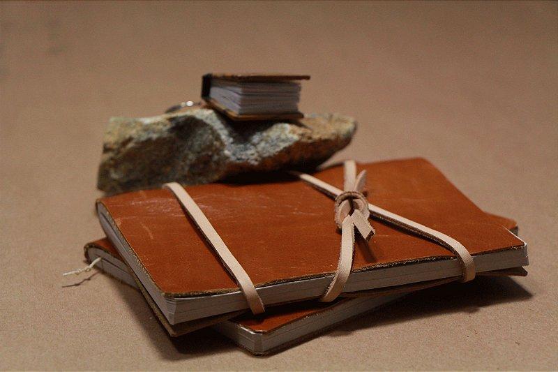 Caderno artesanal de couro caramelo formato A6 Bodoque
