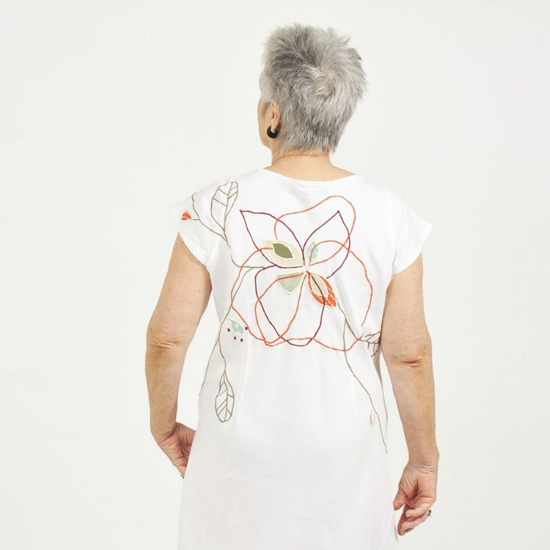 Vestido Plus Size de Linho Branco Flor nas Costas Decote Alto