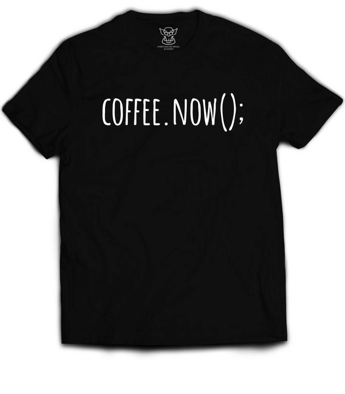 Camiseta Preta estampa Coffee.Now(); faz referência aos programadores que adoram aquela bebida dos deuses. Se o vinho é considerado a bebida dos deuses,