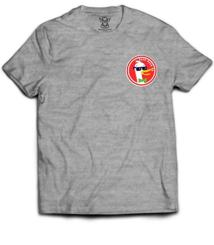 Camiseta Hacker ou Nerd com estampa altura do bolso faz referência motor de busca Duck Duck Go