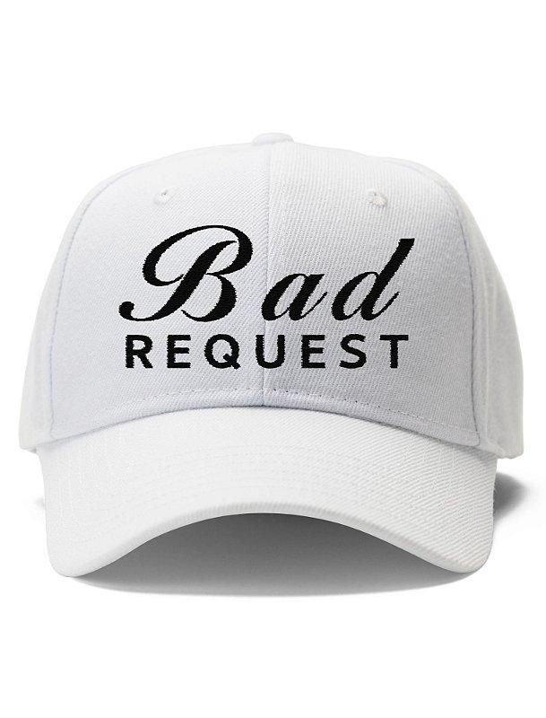 O Boné Bad Request  - Bordado faz referência código ao status de resposta HTTP 400 Bad Request indica que o servidor não conseguiu entender a requisição devido à sintaxe inválida. O cliente não deve repetir essa requisição sem modificá-la.