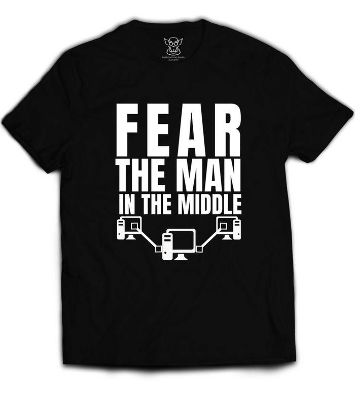 Camiseta Hacker The Man In The Middle faz referência ao man-in-the-middle (pt: Homem no meio, em referência ao atacante que intercepta os dados)