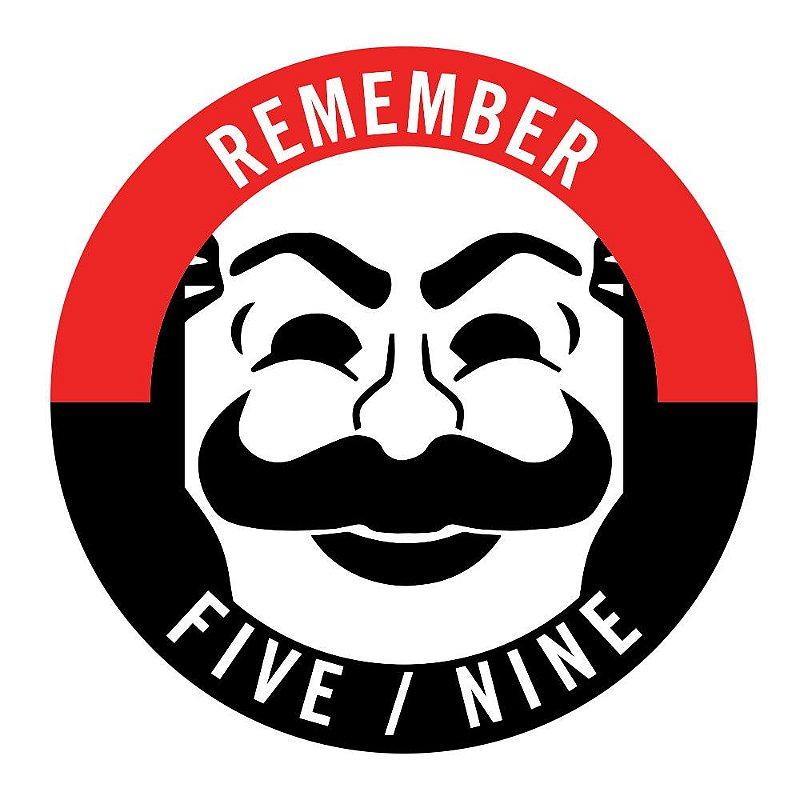O sticker  Mr. Robot Remember Five Nine é referência O Five / Nine Hack foi planejado e executado por uma sociedade em colaboração com hackers chineses do DarkArmy.  Aconteceu em 9 de maio de 2015, o aniversário do nascimento de Edward Alderson's