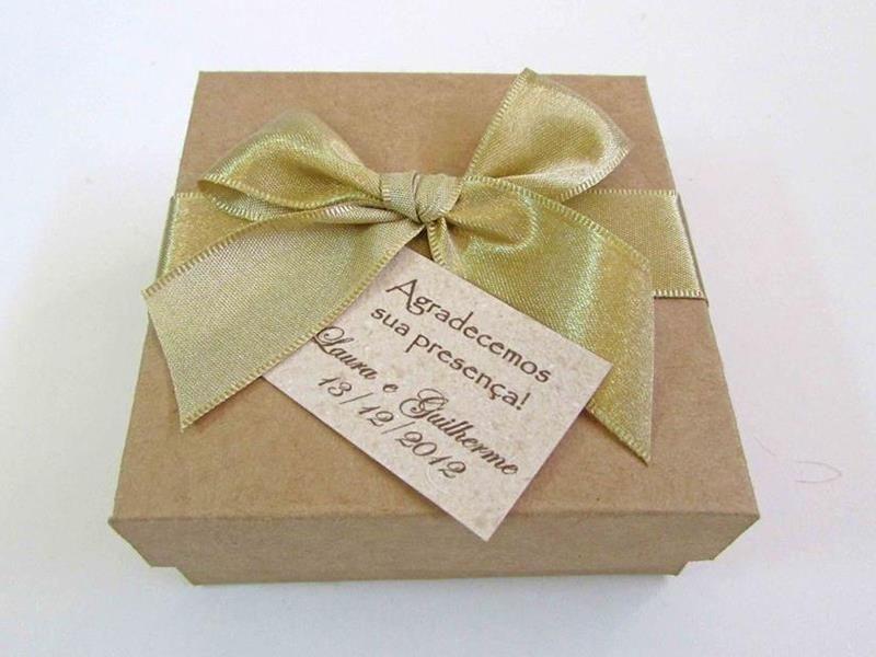 Caixinha rústica para lembrancinhas com palha e sabonetes (8 x 8 cm)