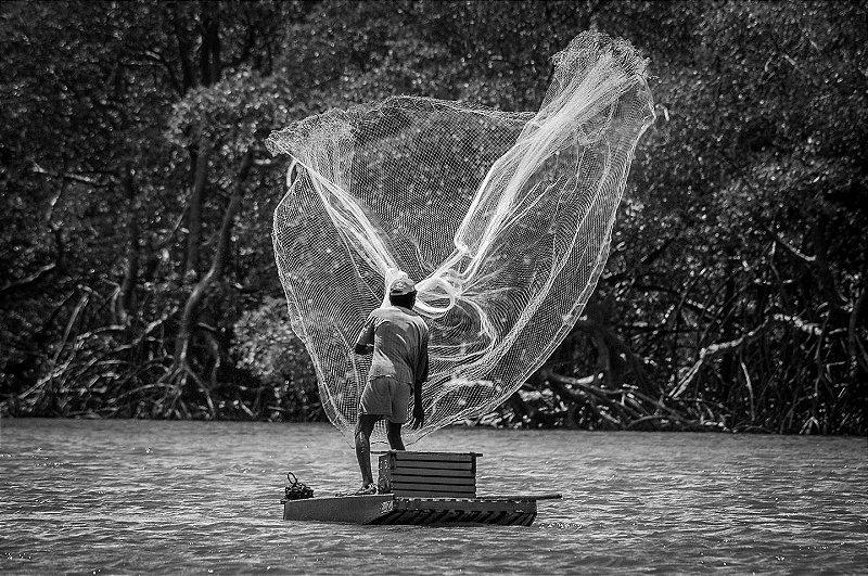 Pescador no mar da Paraíba • ©Holanda Cavalcanti