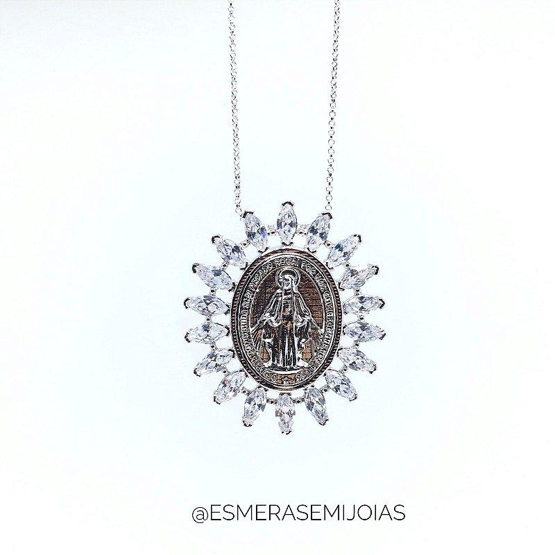 Colar Semijoia Ródio Medalha cravejada de zirconias.