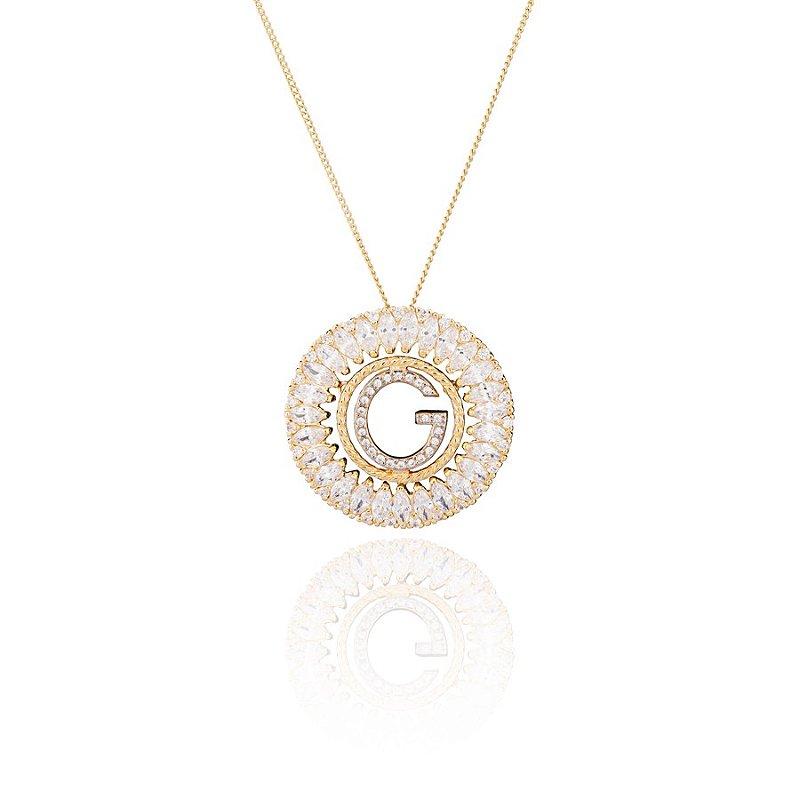 Colar semi joia redondo, cravejado com zircônias e letra ao centro, banhado em ouro 18k