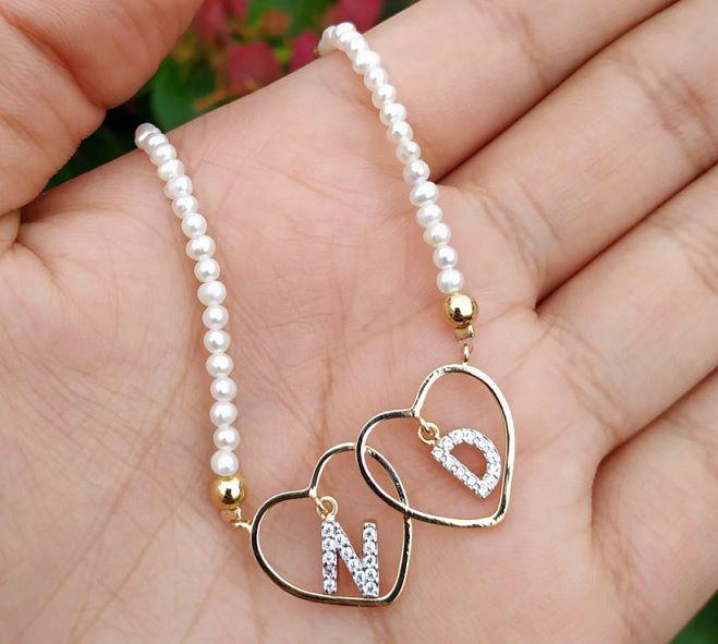 Colar com letras e corações folheado em ouro personalizado