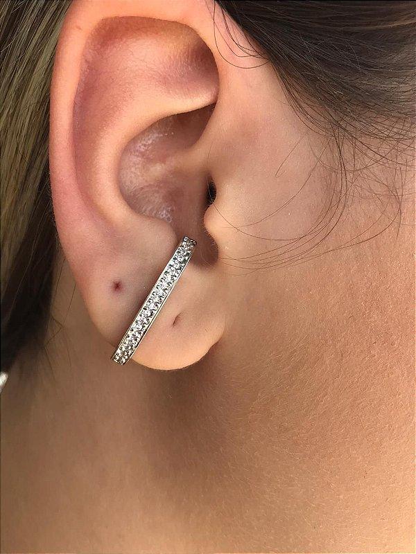 Brinco Ear Hook Cravejado com Zirconias Folheado a Ródio Branco