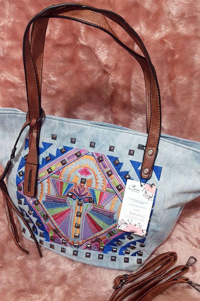 e29a60628 Bolsa jeans multi com spikes e estampa bordada - CAEME | Bolsas e ...